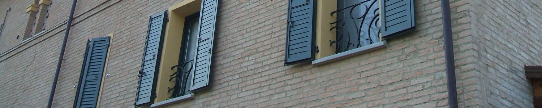 Dettaglio di finestre con scuri