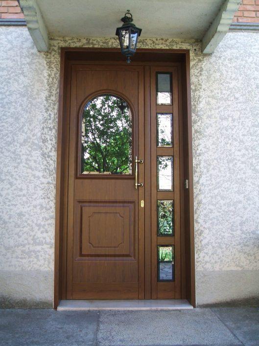 Foto di porta da esterno in legno realizzata per privati a Spilamberto