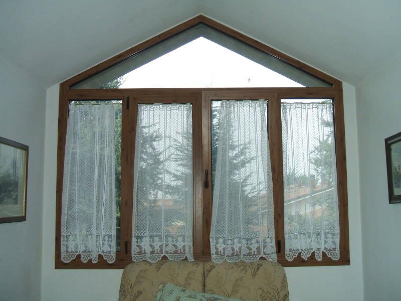 Realizzazione di finestre in legno per privati a Spilamberto