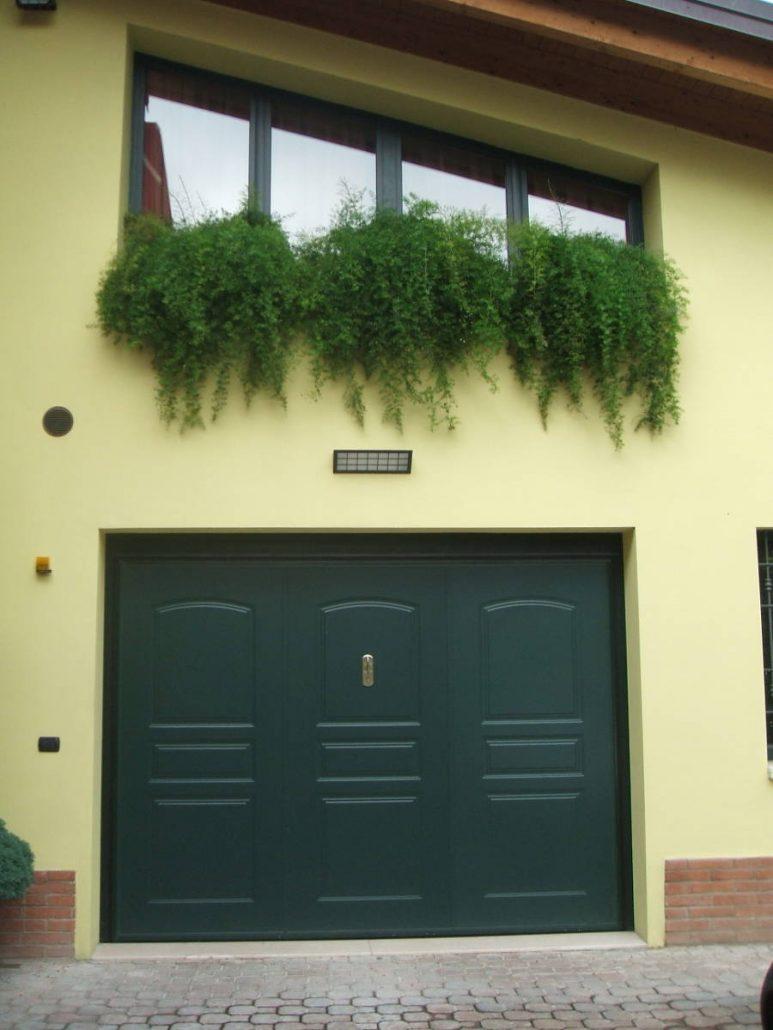 Portone basculante realizzato su misura per garage