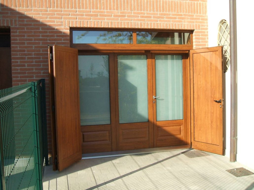Esempio di porta da esterno in legno